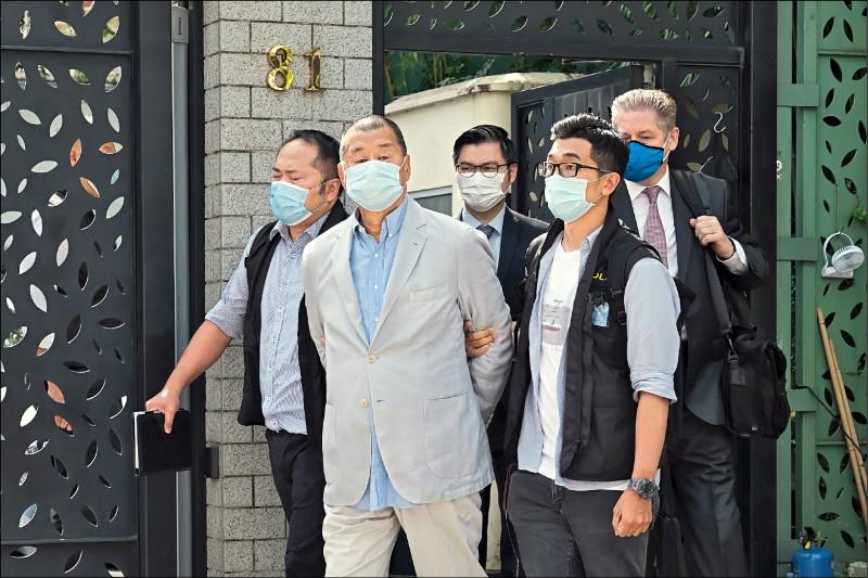 香港《壹傳媒》創辦人黎智英十日被香港警方上門拘捕,走出家門時手被上銬。(彭博)