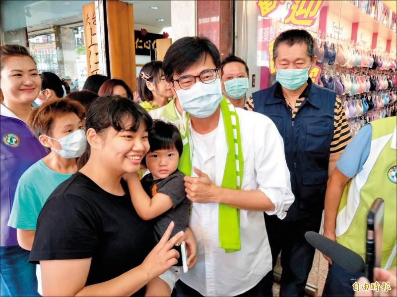 民進黨高雄市長補選候選人陳其邁(右)昨到三民市場拜票,與支持者合影。(記者方志賢攝)