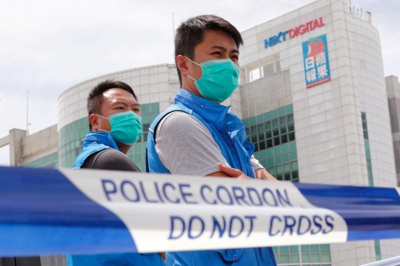 香港警方10日逮捕壹傳媒創辦人黎智英,並在壹傳媒總部外拉起封鎖線,大舉搜查壹傳媒大樓,拒絕多家香港和外國媒體入內採訪。(路透)
