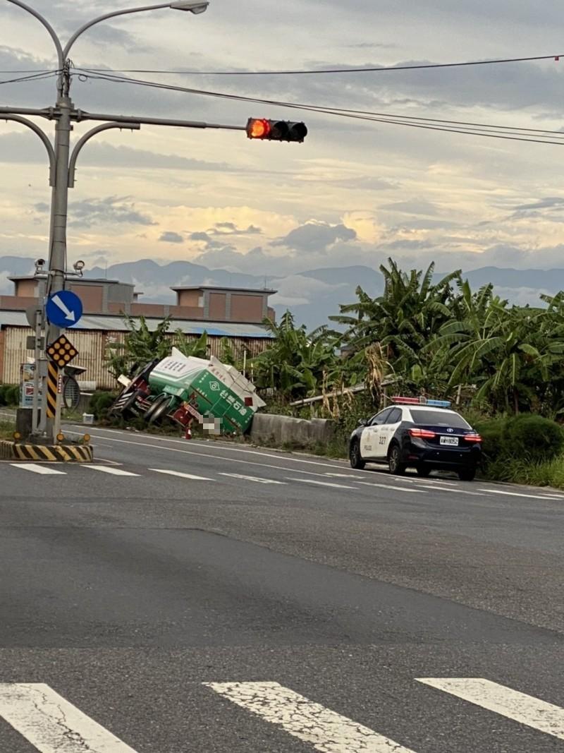 該輛油罐車呈現半傾倒狀態卡在路邊。(記者張議晨翻攝)