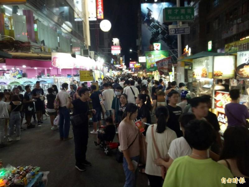 一中商圈有部分遊客戴口罩逛街。(記者張軒哲攝)