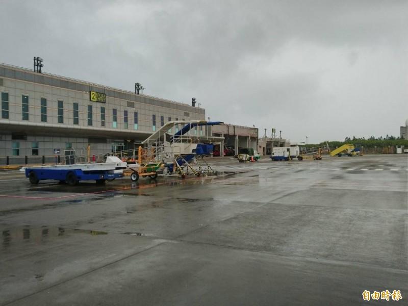 澎湖機場上午九時前沒有飛機起降,停機坪空蕩蕩。(記者劉禹慶攝)