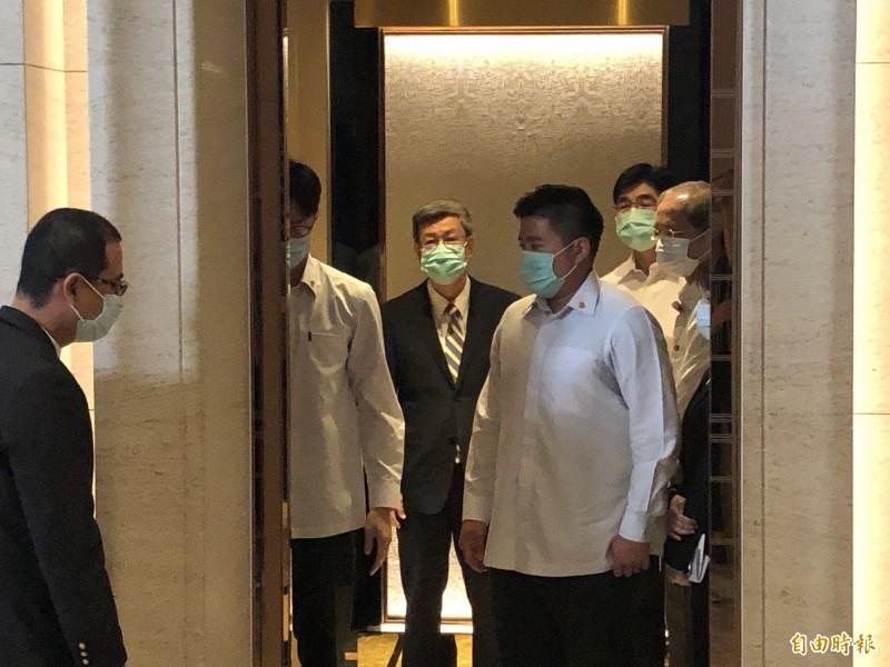 美國衛生部長阿札爾今與外交部長吳釗燮舉行雙部長媒體見面會,兩人簡短致詞後率美台人員召開閉門雙邊會,前副總統陳建仁與衛福部長陳時中稍晚也進入飯店參與會議。(記者呂伊萱攝)