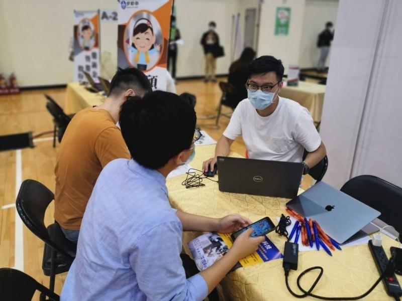 矽格公司12日下午在竹北就業中心3樓有一場 現場徵才活動,祭出提早報到獎勵金吸引民眾應徵。 檔案照。( 竹北就業中心提供)