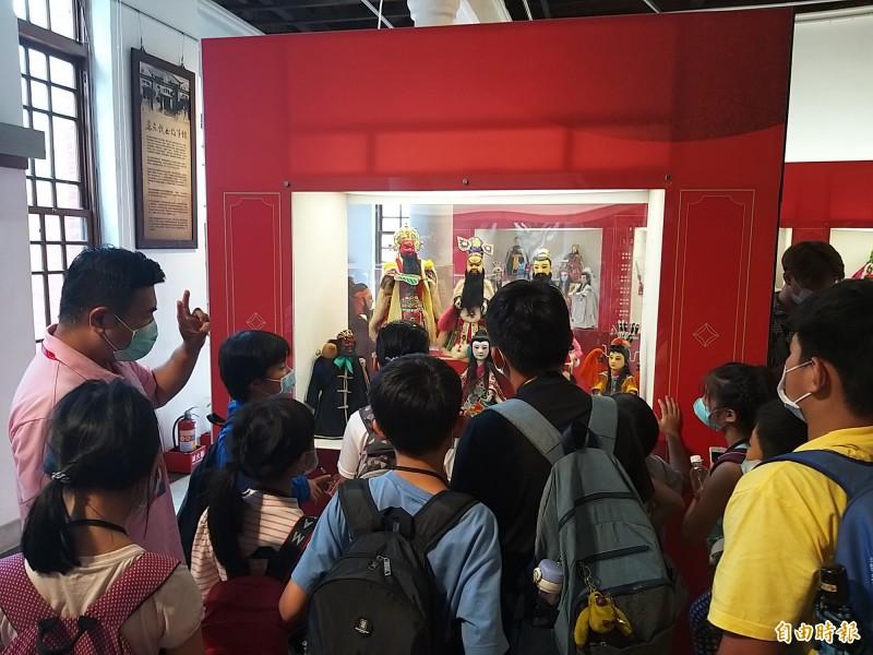 學童們參觀屏東戲曲故事館。(記者羅欣貞攝)