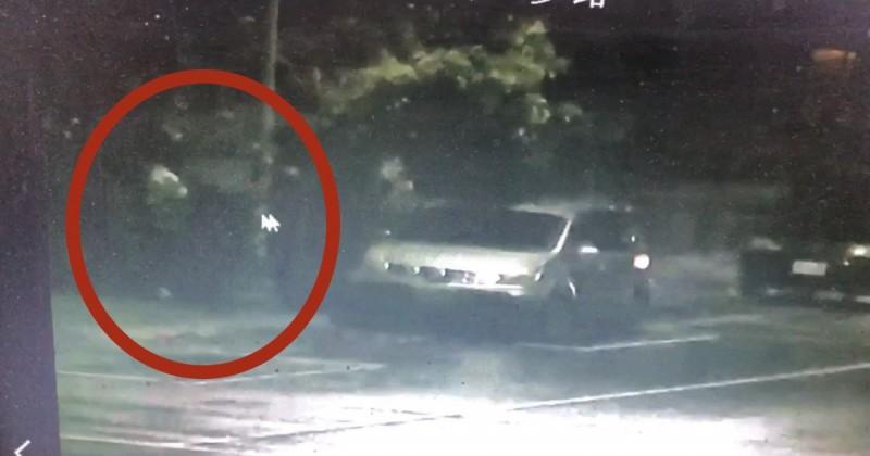 肇事駕駛(紅圈)撞進騎樓後,下車落跑。(記者黃旭磊翻攝)