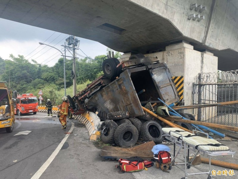 大貨車在蘆竹區仁愛路三段高鐵橋下翻覆,消防隊員動員大批機具搶救。(記者謝武雄攝)