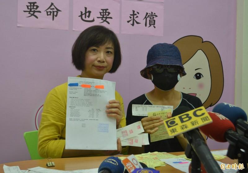 台中何姓婦人(右)到盛唐中醫治療癌症卻鉛中毒,今天在何欣純立委(左)陪同下出面控訴要求賠償。 (記者陳建志攝)