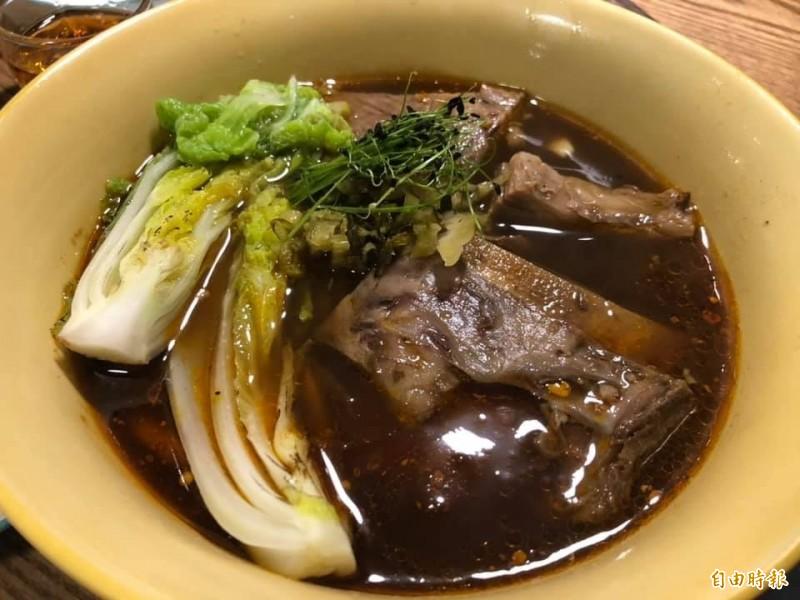 「GUBAMI」的紅燒牛肉麵,湯頭濃郁。(記者歐素美攝)