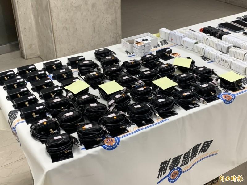 刑事局國際科破獲「跨境洗錢水房」,搜出大批U盾、電腦等證物。(記者姚岳宏攝)