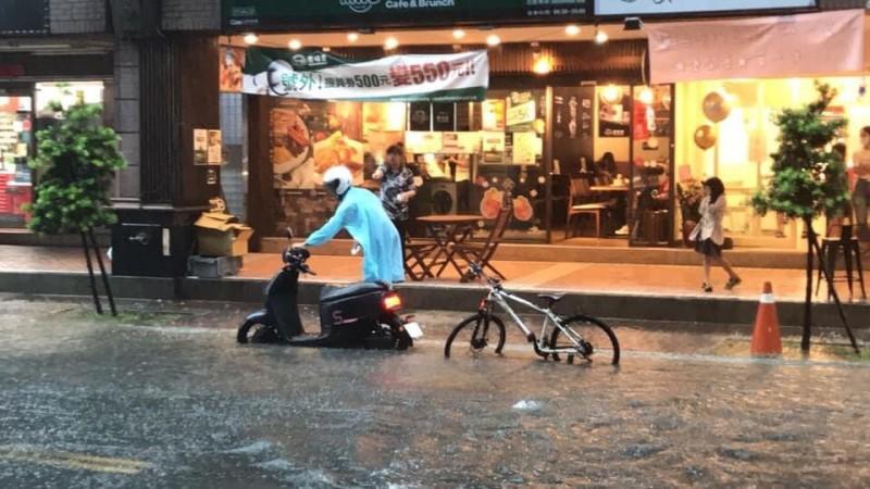 新北市新莊區幸福路出現淹水災情。(圖擷自臉書「愛新莊我是新莊人」)