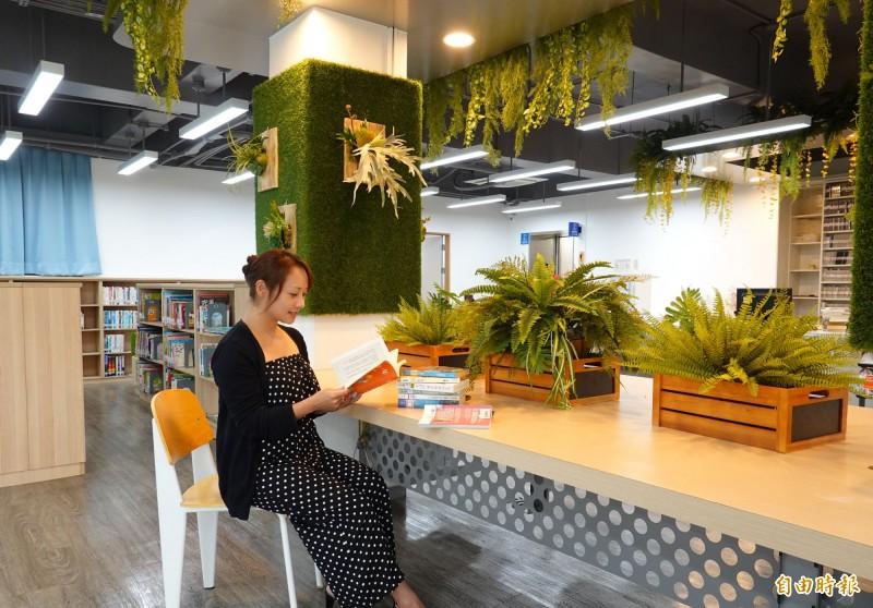 重新開幕的三重五常分館搖身一變為療癒系的「植感圖書館」。(記者陳心瑜攝)