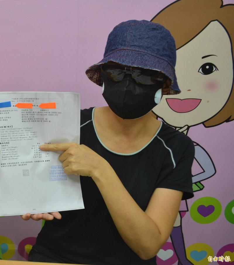 台中何姓婦人罹癌到盛唐中醫求診,卻驗出鉛中毒6倍,無奈抗癌還要治療鉛中毒。(記者陳建志攝)