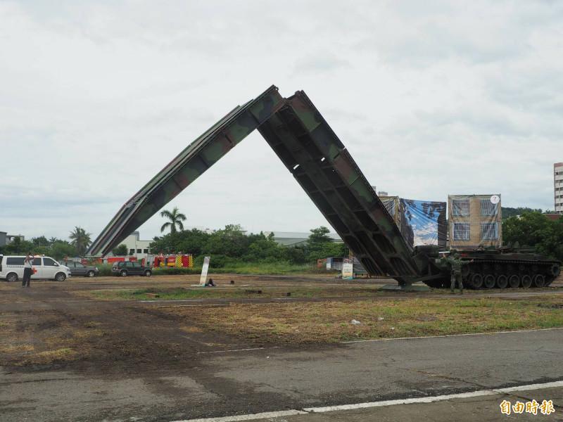 軍方履帶車架倍力橋,場面頗為壯觀。(記者陳鳳麗攝)
