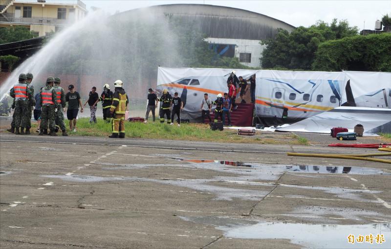 民航機在草屯烏溪發生空難的模擬狀況,相關人員展開救援。(記者陳鳳麗攝)