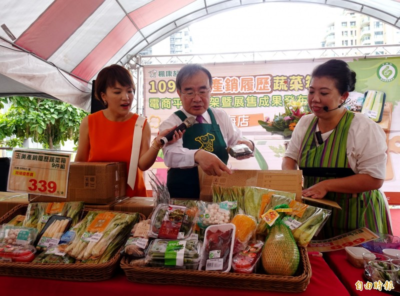 農糧署長胡忠一(中)與主廚蔡季芳(右),開箱產銷履歷蔬菜箱。(記者張菁雅攝)