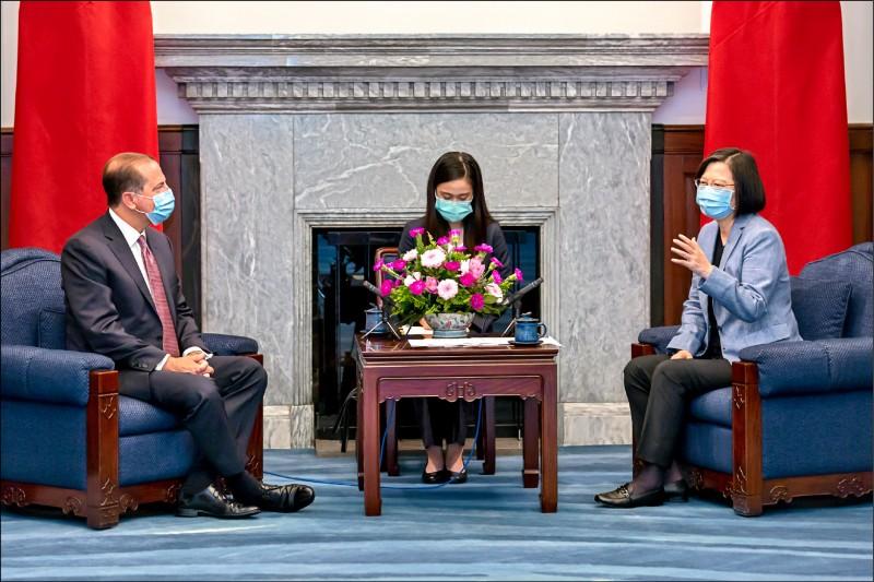 蔡英文總統(右)昨在總統府接見來訪的美國衛生部長阿札爾(左),阿札爾說,此行來台是傳達川普總統對台灣的強力支持與友誼。(總統府提供)