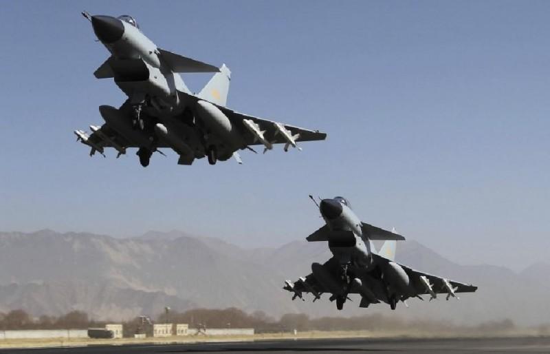美國衛生部長阿札爾訪台之際,中國解放軍戰機10日再度踰越台海中線,遭到我國空軍強勢驅離。(美聯社資料照)