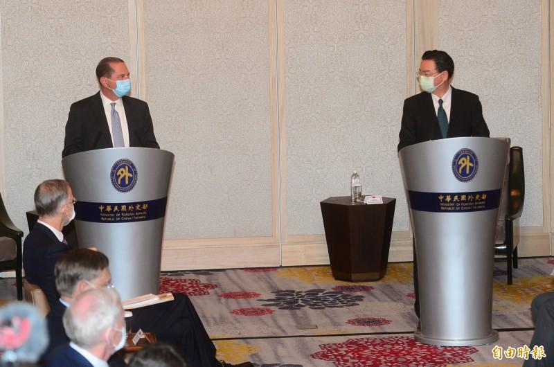 美國衛生部長阿札爾(左)與外交部長吳釗燮(右)新聞見面會。(記者王藝菘攝)