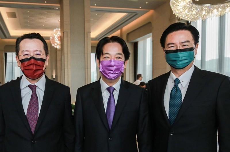 賴清德(中)PO出與顧立雄(左)、吳釗燮(右)戴上彩色口罩的合照,口罩顏色特地搭配領帶。(圖擷自賴清德IG)