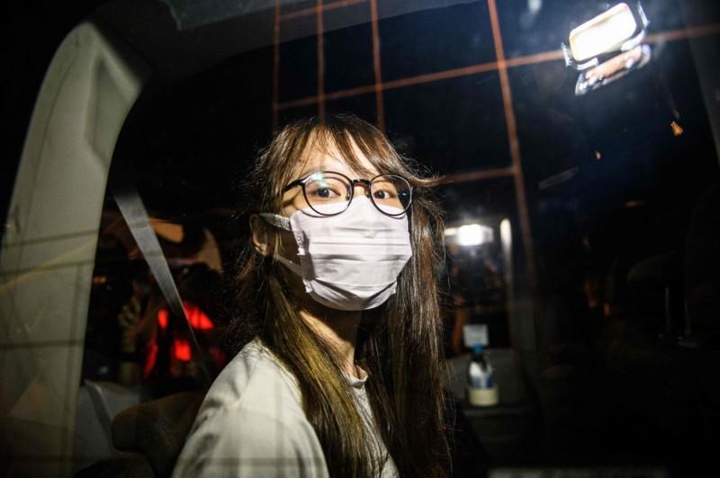 已宣布解散的香港本土派政黨「香港眾志」前副秘書長周庭,10日晚間遭警方以違反國安法為由逮捕,指控她負責運作一個「叫人制裁香港」的組織。(法新社)