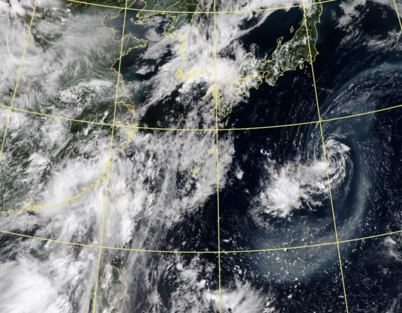 位於日本東南方海面的熱帶低壓發展不佳,甚至還吸入西之島火山灰,雲圖上可以清楚看到其環流蒙上一層火山灰,灰濛濛。(圖擷自中央氣象局)
