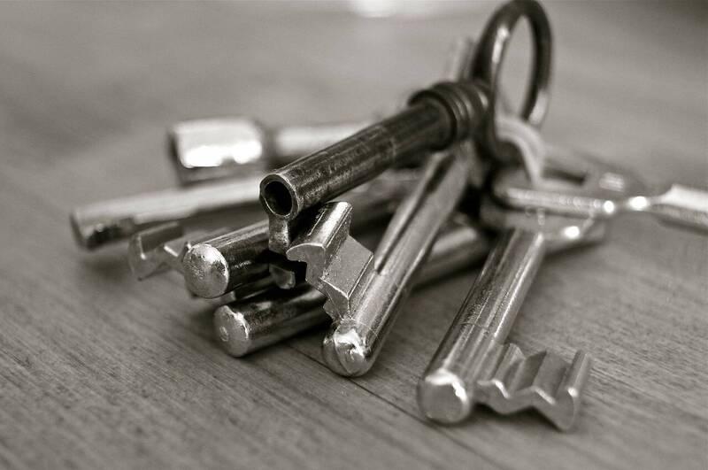 近日有消息指「街上已有人在發精美鑰匙扣,那是追踪器」,經查核中心核實為錯誤訊息。圖為鑰匙示意圖。(取自pixabay)