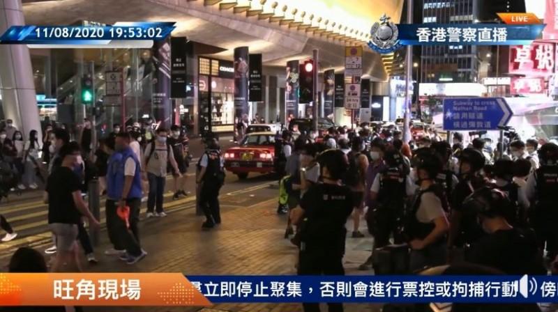 今晚大批媒體蜂擁到旺角警署門外,警方約在9點40分向媒體說明,黎智英沒這麼快可以出來,建議守候的媒體記者先找地方休息,不用擠在警署門口。圖為香港警察在臉書粉專直播現場情況。(圖擷取自香港警察 Hong Kong Police臉書)