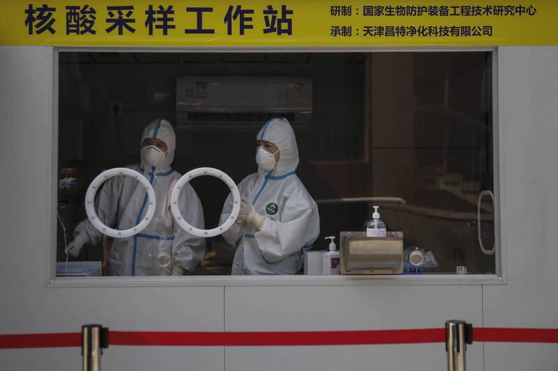 中國衛健委公布10日新增44例確診,其中31例為境外輸入,13例本土病例全數集中在新疆。圖為中國醫護工作情況。(歐新社)