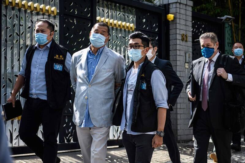 壹傳媒創辦人黎智英10日被港警逮捕,中國及港府打壓新聞自由的抨擊聲浪暴起。(法新社)