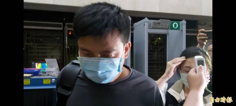 涉竊取國家隊口罩台北市後備指揮部李姓中校(左)被收押禁見。 (記者陳慰慈攝)