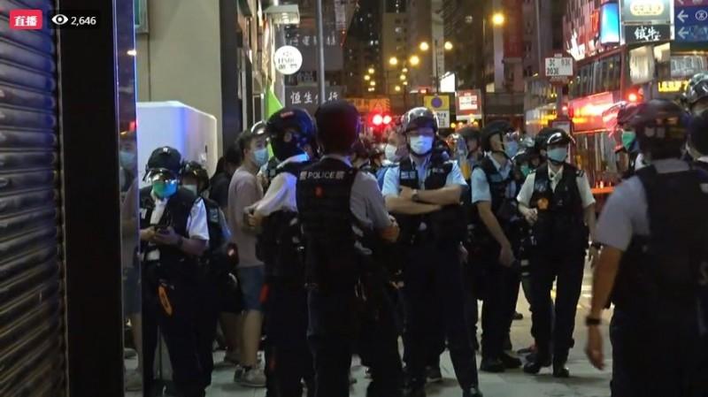 有香港網友今晚發起「和你Sing」行動,香港多地出現示威抗議。(圖擷取自《立場新聞》臉書直播)