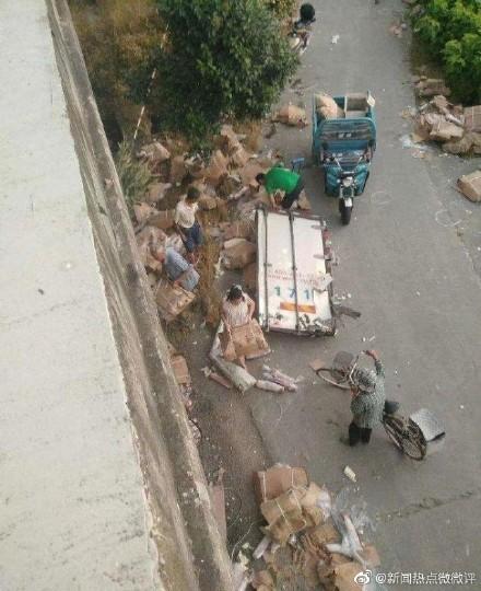 中國江蘇貨司機遇車禍,車上豬肉被哄搶一空。(圖擷取自微博)