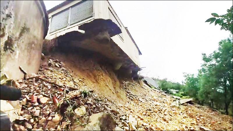 台東漏夜大雨造成邊坡及地基塌陷,供作金針山臨時遊客中心的房屋險墜落,險象環生。(記者陳賢義翻攝)