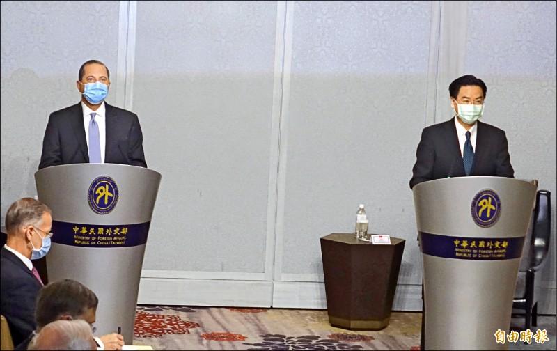 美國衛生部長阿札爾(左)訪與外交部長吳釗燮(右)在美福飯店舉行新聞見面會。(記者王藝菘攝)