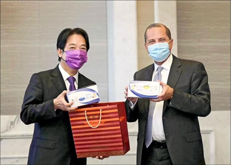 副總統賴清德昨宴請美國衛生部長阿札爾訪問團,並致贈訪團成員彩色口罩。(取自臉書)