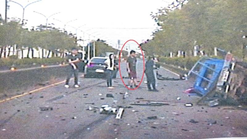 車禍發生時,身穿深色上衣的蘇姓男子頂替駕駛。(記者林宜樟翻攝)