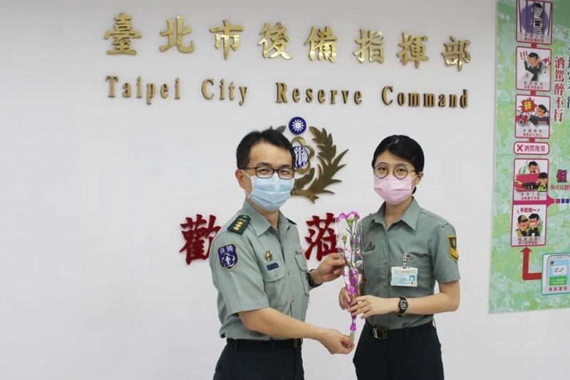 台北市後備指揮部指揮官劉東奇上校(左)遭記過調職。(圖擷取自後備指揮部臉書)