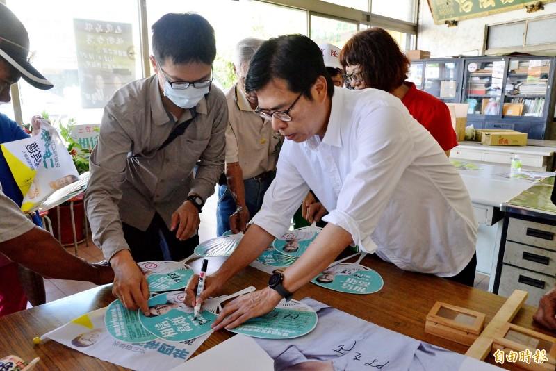 陳其邁為甲仙區的支持者簽名。(記者許麗娟攝)