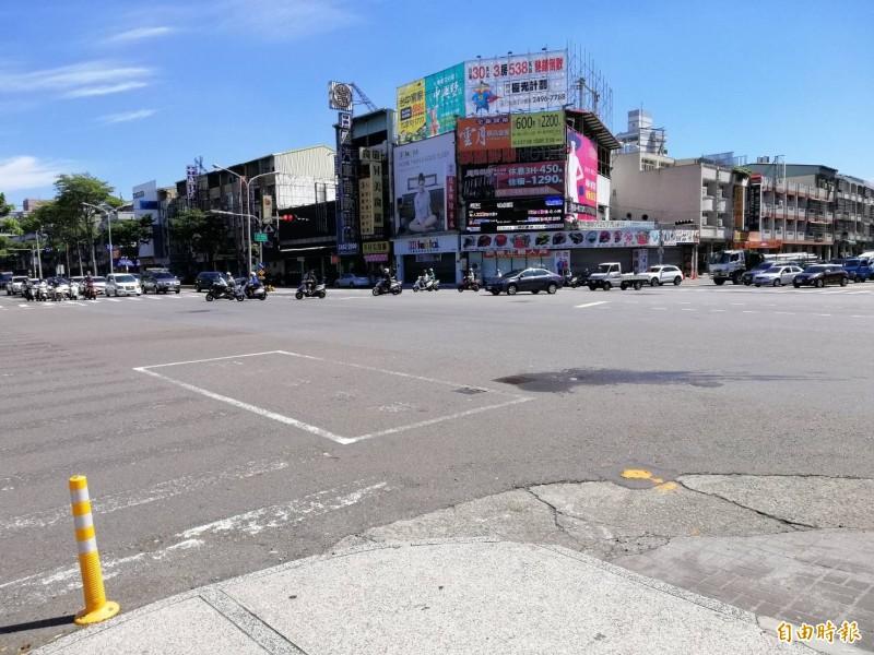 大里國光路、德芳南路口昨天傍晚破管搶修停水,但至今天上午,還有不少民眾沒水可用抱怨連連。(記者陳建志攝)
