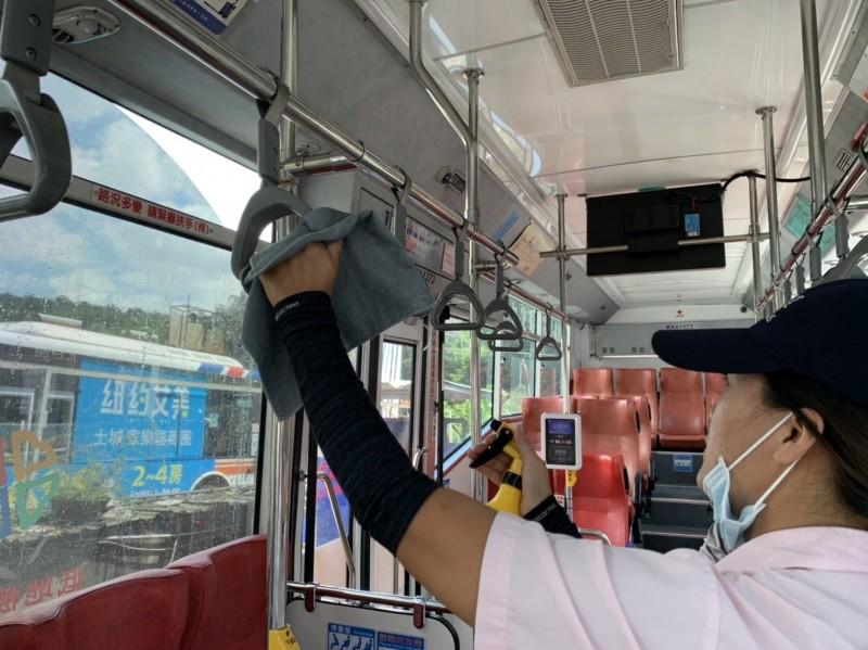 搭公車強制戴口罩,仍有部分民眾不聽勸,只好報警處理。(新北市政府交通提供)