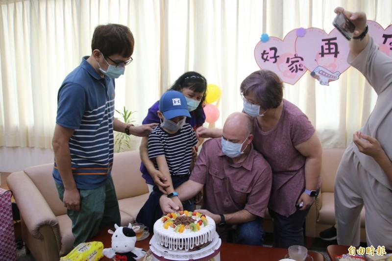 眾人為俊俊準備象徵迎接新生的蛋糕,由寄養媽媽及美國籍的新父母陪同切蛋糕。(記者鄭名翔攝)