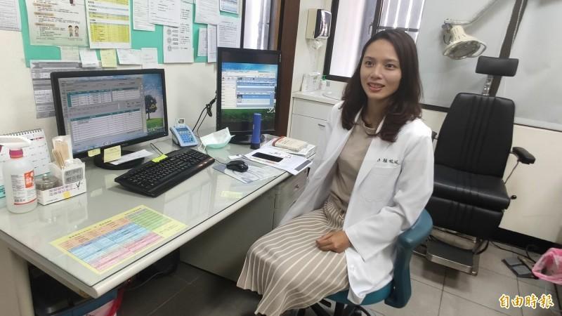 「正妹女醫」賴祐廷第一天上班看診,就醫病患直呼好漂亮。(記者陳賢義攝)