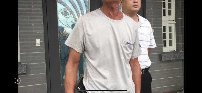 黃姓女死者的陳姓丈夫(左)希望法官重判酒駕肇事逃逸的蘇姓男子。(記者蔡宗勳翻攝)