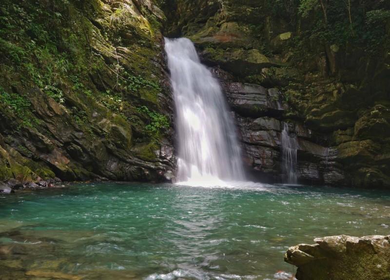 桃園市復興區優霞雲(鐵木)瀑布被稱為在地人秘境,今年5月以來發生2起遊客溺水死亡案。(記者余瑞仁翻攝)