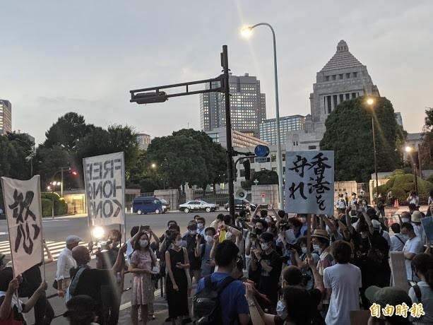 上百名在日港人和挺港日人12日傍晚在日本國會前集會,呼籲日本救救香港人。(記者林翠儀攝)
