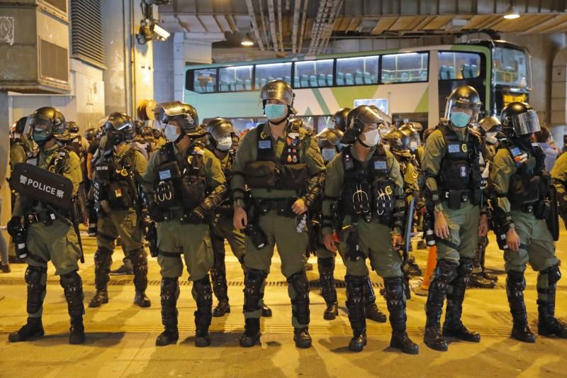 香港警察7月21日在元朗執法。(美聯社檔案照)