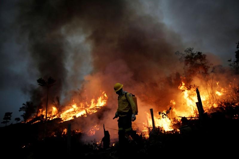 巴西總統波索納洛(Jair Bolsonaro)11日指出,亞馬遜雨林的火災就是一場「謊言」,堅決否認火災的存在,圖為近日阿普伊發生的火災。(路透)