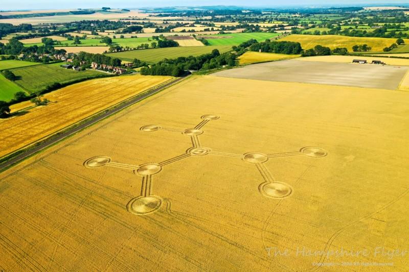 英國威爾特郡本月8日出現麥田圈。(Crop Circles UK提供)