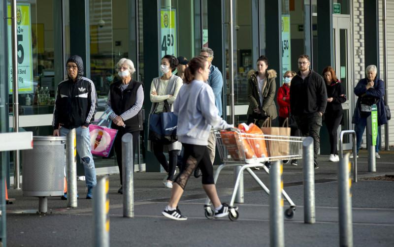 奧克蘭自今日中午起開始進入封鎖狀態,當地民眾今日一早便在超市前列隊準備採買。(美聯社)